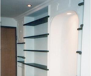 Una libreria in gesso con effetti voltati, lesene e ardesia genovese